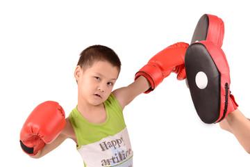 мальчик бьёт боксёрскую лапу