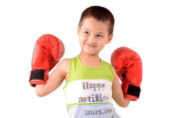 мальчк позирует в кадре с боксёрскими перчатками