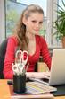 Schülerin bei Online-Recherche