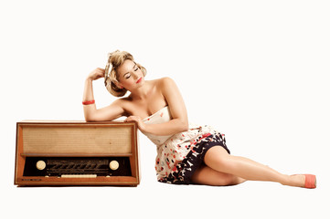 Pin-up Girl mit altem Radio