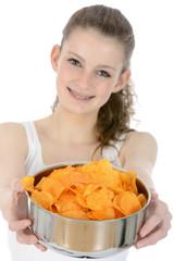 Teenager mit Schüssel voller Chips