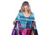 Junge Frau blickt in Einkaufs Taschen und lacht