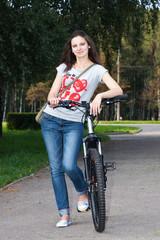 Девушка катается на велосипеде по парку
