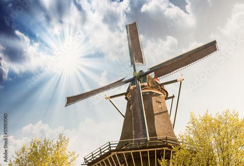 holandia-piekny-widok-wiatrak-z-kolorowym