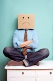 Mann protestiert traurig mit Karton auf dem Kopf