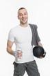 Sportlicher junger Mann nach dem Sport mit Erfrischungsgetränk