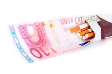 10 Euro Geldschein in Packung Zigaretten