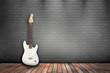 Raum mit Holzboden, Ziegelwand und E-Gitarre weiß
