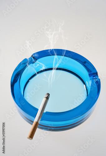 Aschenbecher und glimmende Zigarette