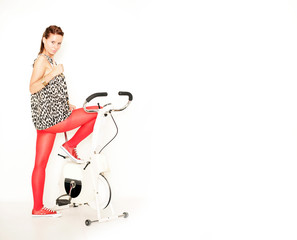 sportliche junge Frau auf Trimmrad