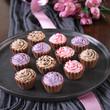teller mit pralinen in cupcake-form