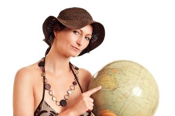 Frau zeigt auf einen Globus