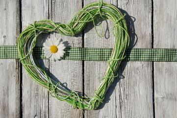 grünes Herz mit Blüte