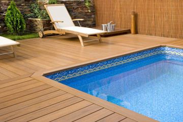 BLUE SWIMMING POOL WITH WOOD FLOORING-PISCINA MADERA COLOR