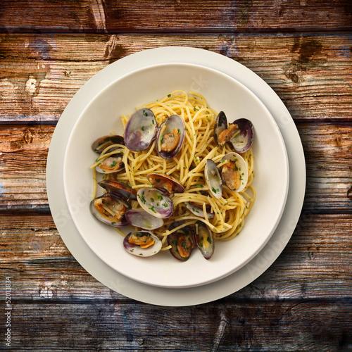 spaghetti alle vongole su fondo di legno