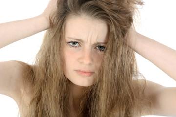 Jugendliche rauft sich die Haare