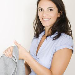 Hände mit einem Handtuch trocknen