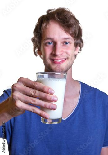 Junger Mann mag Milch