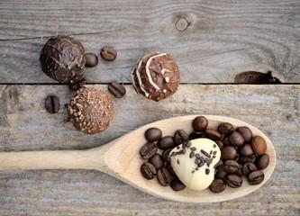 Kochlöffel mit Pralinen und Kaffeebohnen