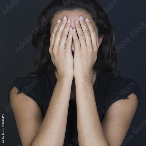 Frau versteckt sich