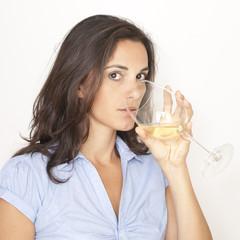 Frau trinkt Weisswein