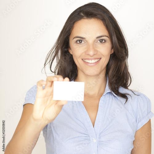 Frau zeigt eine Visitenkarte in die Kamera