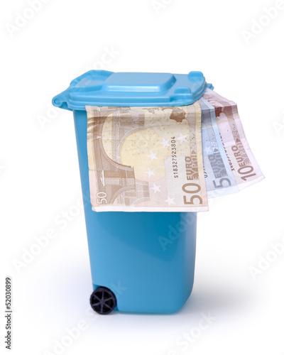 Mülltonne mit Geld auf weiß