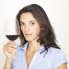 Rotweinglas vorzeigen