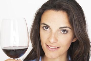 Model zeigt Glas mit Rotwein