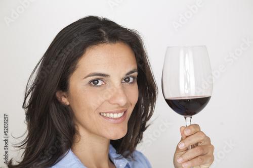 Model zeigt Weinglas mit Rotwein
