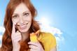 Frau trägt Sonnencreme auf - suncreme