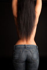 Frau mit hautenger Jeans