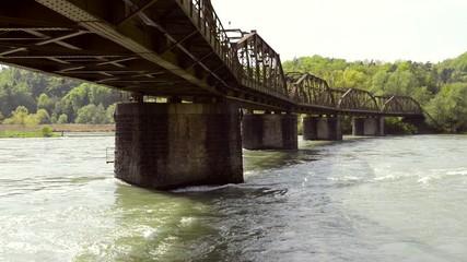 Eisenbahnbrücke über dem Fluss