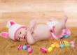 joli bébé en habit de lapin rose