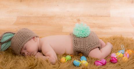 petit bébé en habit de lapin