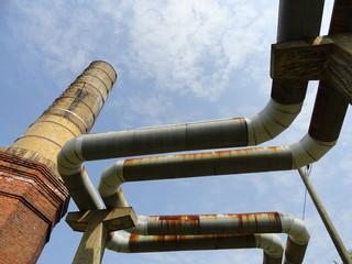 Schornstein und Rohrleitung