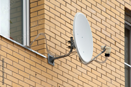 Sattelite antenna on a window
