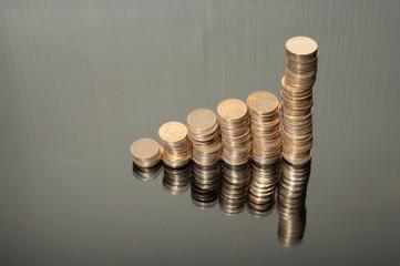 colonne di monete su sfondo nero