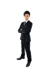腕組みをする若いビジネスマン