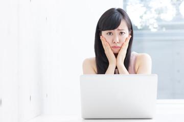 パソコンのトラブルに困る女性