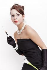 junge Dame in schwarzem Kleid mit Krone auf dem Kopf