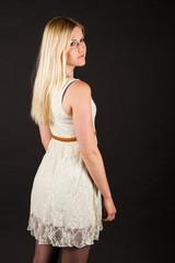jeune femme blonde en studio