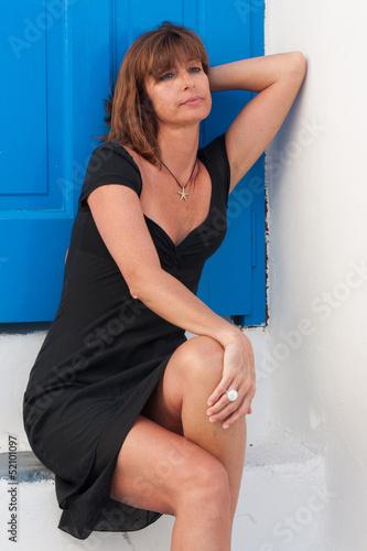 Donna turista seduta sui gradini