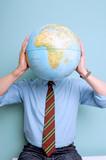 Mann mit Weltkugel vor dem Kopf
