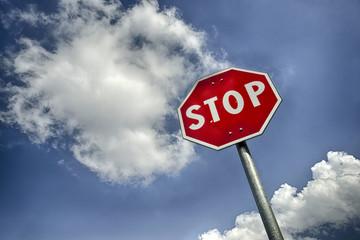 Segnale stradale di stop con nuvole e spazio per testo