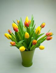 Tulpen Frühlingsstrauß in grüner Vase