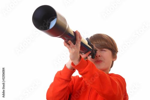 Junge schaut durch ein Fernrohr