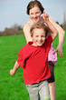 Zwei rennende Kinder