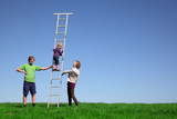 Kleines Mädchen klettert eine Leiter hoch