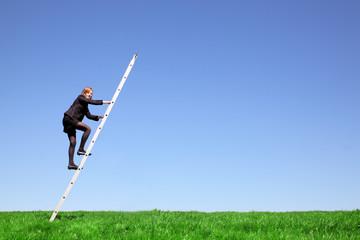 Geschäftsfrau klettert eine Leiter hoch